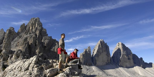 Herrlicher Ausblick auf die mächtigen Felsen der Drei Zinnen.