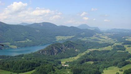 Weit schweift der Blick vom Schober auf den Fuschlsee und die Hügellandschaft des Salzburger Seenlandes.