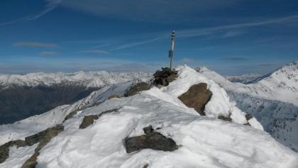 hinauf zum höchsten Punkt mit kleinem Gipfelkreuz