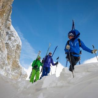 En route avec l'équipment de ski de randonnée pour le col Pfulwe