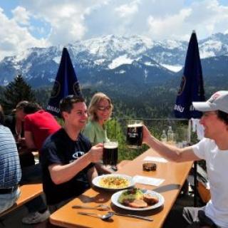 Bei schönem Wetter lässt es sich herrlich auf der Terrasse des Berggasthofes Eckbauer jausen.