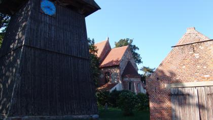 Die älteste Dorfkirche Rügens wurde 1185 mit der von dänischen Mönchen eingeführten Ziegeltechnik gebaut.
