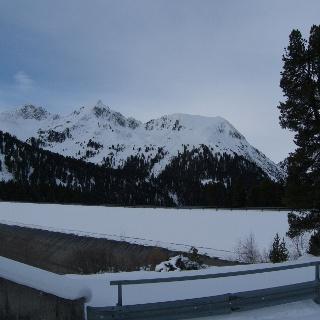 Schafzöllen rechts und Vd. Karlesspitze links von der Ferne