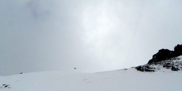 Ein Foto wert! Die einzige Materialseilbahn, die auf ihrem Weg nach oben eine 90 Grad Kurve macht.