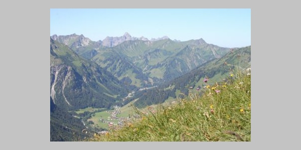 Blick auf Mittelberg-Bödmen und die Täler am Ende des Kleinwalsertals: Bärgunt-, Derra- und Starzel/Duratal - im Hintergrund die Hochkünzelspitze.