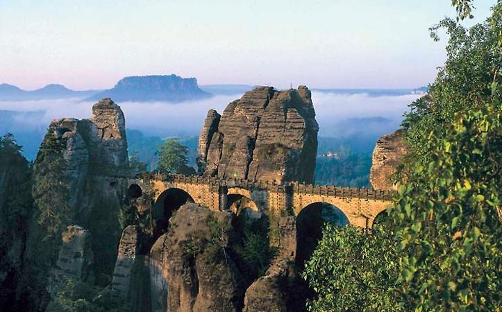Foto Der Nebel verzaubert die märchenhafte Landschaft.
