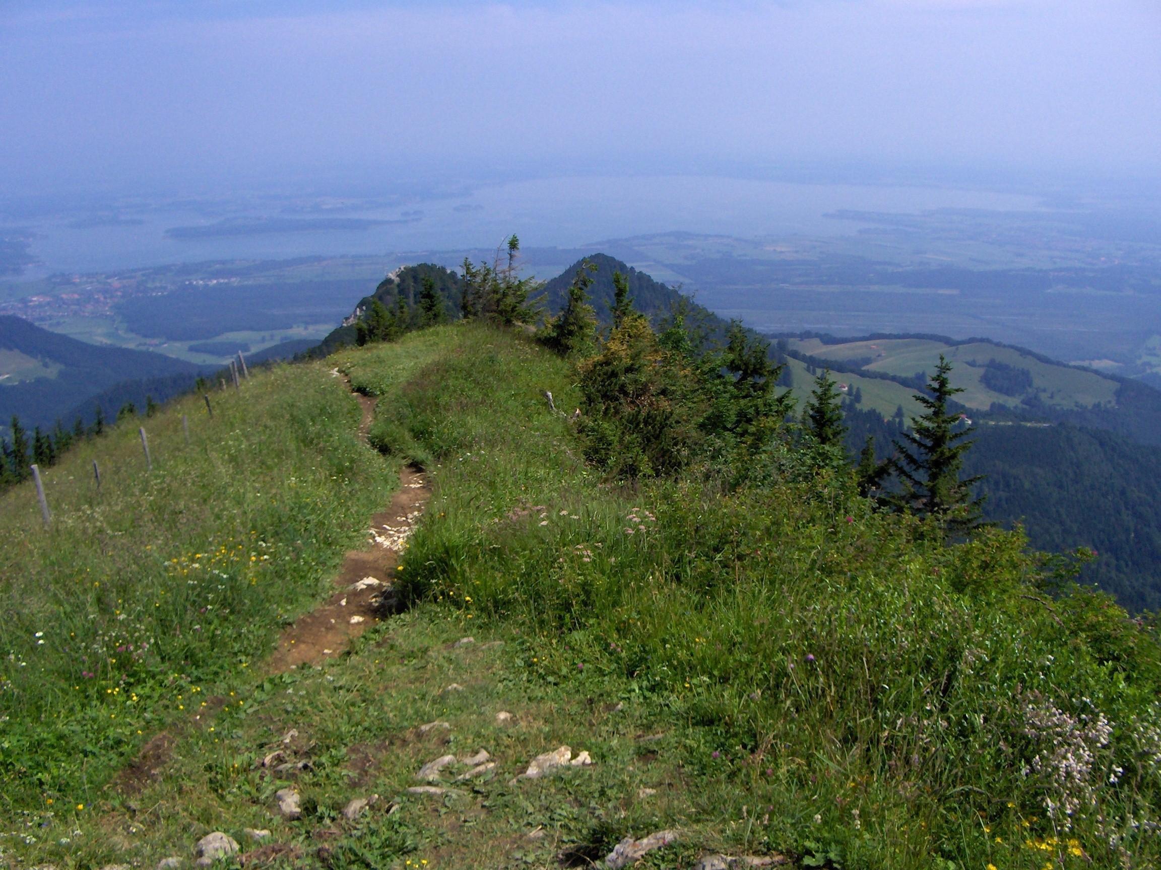 Über den Gipfelrücken blicken wir auf den gesamten Chiemsee.