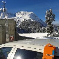 Blick vom Parkplatz zum Gipfel. Die Auf- und Abstiegsspuren sind gut zu erkennen.