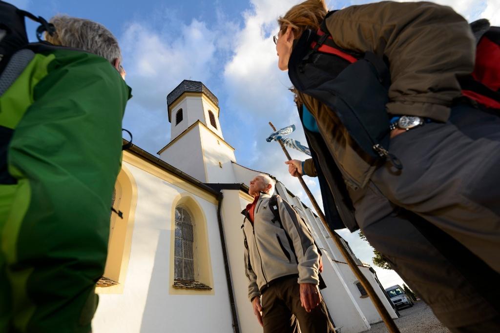 Pilger an der Wallfahrtskirche auf dem Hohen Peißenberg (Wolfgang Ehn)