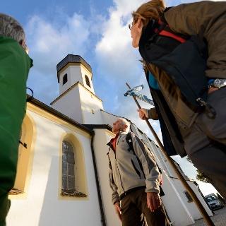 Pilger an der Wallfahrtskirche auf dem Hohen Peißenberg