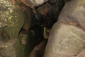 Foto schmale Höhlengänge im Labyrinth