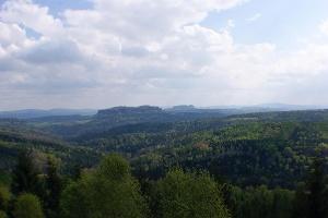 Foto Ausblick vom Bernhardstein in nordöstliche Richtung zum Pfaffenstein - rechts dahinter Gohrischstein und Papststein