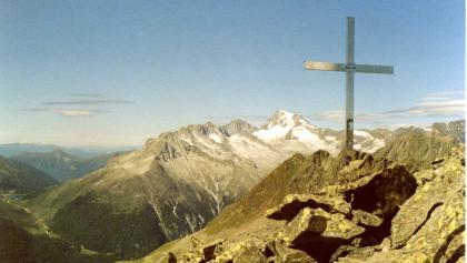 Gipfelkreuz des Weißen Beils, im Hintergrund der Hochgall