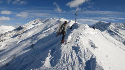 Aus dem Steilhang gelangt man unmittelbar auf den Gipfelkamm - der Horizont weitet sich plötzlich und spektakulär.