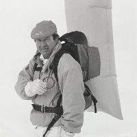 Firmengründer Peter Aschauer mit dem ersten ABS Airbagsystem