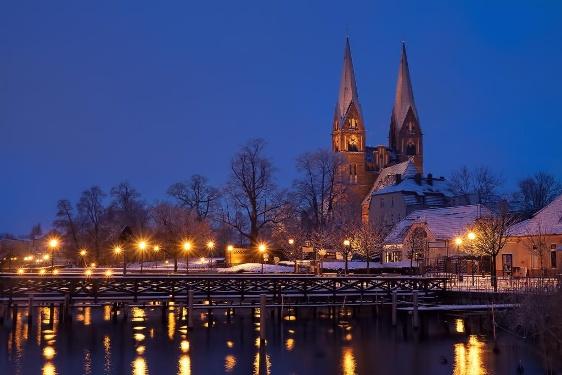 Klosterkirche St. Trinitatis zur blauen Stunde im Winter Neuruppin