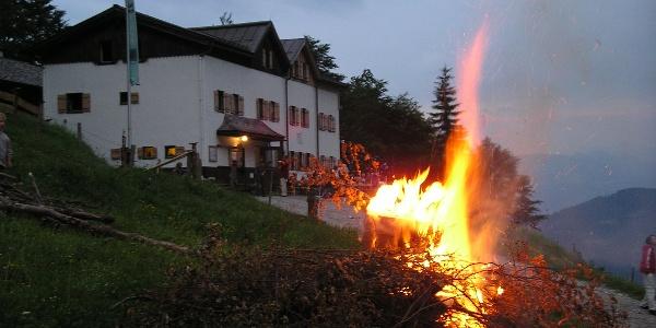 Sonnwendfeuer am Wilden Kaiser, Gaudeamushütte