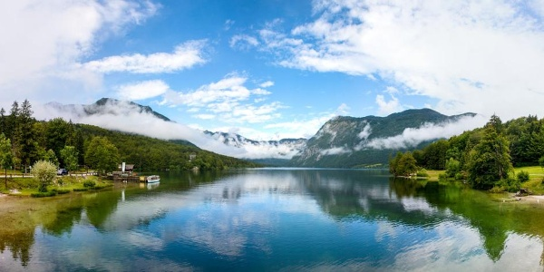 Der Bohinjsko Jezero von der Brücke aus gesehen