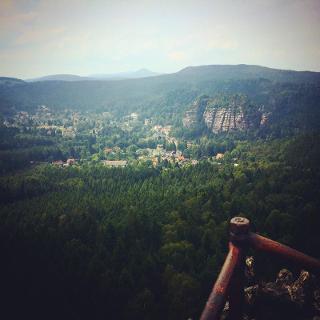 Blick auf den Gipfel des Oybin und den gleichnamigen Ort