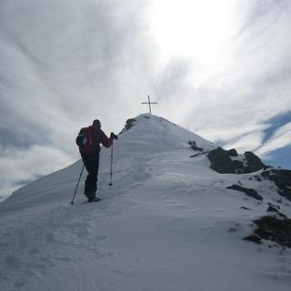 Zu Fuß die letzten Meter zum Gipfel