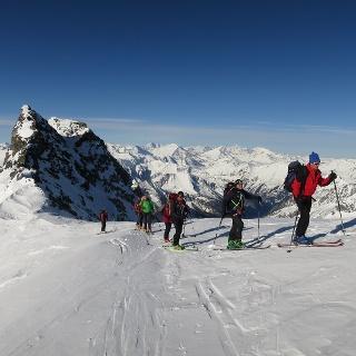 Die Radeggscharte (2874 m), deren Nordflanke ins Anlauftal hinunterzieht. Ganz hinten in der Ferne der Großglockner.