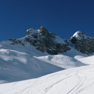 Gipfel in der Mitte, Aufstiegsrinne rechts davon.