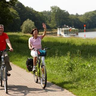Der Radweg verläuft unmittelbar an der Weser