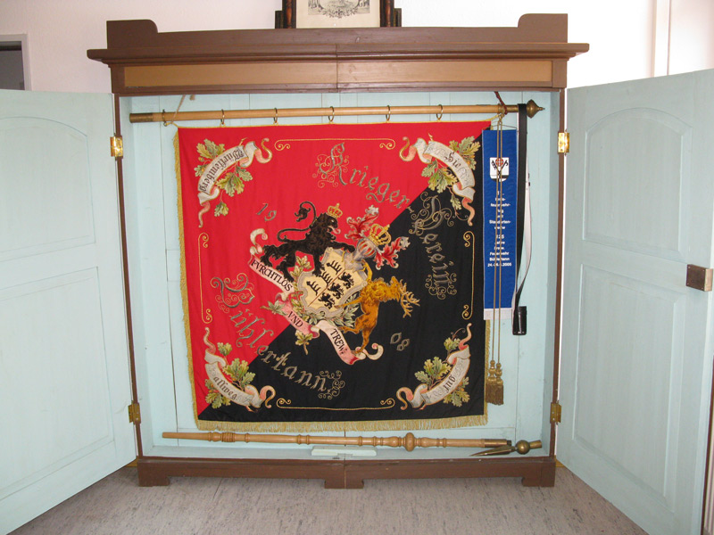 Restaurierte Kriegervereinsfahne mit Fahnenschrank von 1908   - © Quelle: Heimatverein Bühlertann e. V.