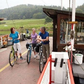 Radfahrer auf der Gierseilfähre