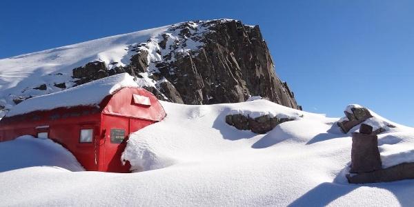 Il bivacco Aldo Moro sommerso dalla neve