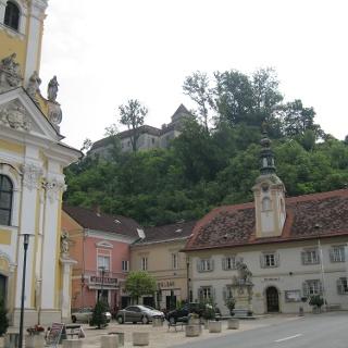 Ehrenhausen mit Rathaus und der barocken Pfarrkirche