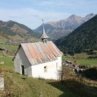 Kapelle Giuv mit Blick nach Sedrun