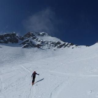 Über ein letztes Becken geht es steil zum Gipfelansatz/Schidepot.