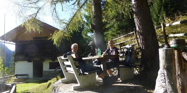 Jagdhütte mit Sitzmöglichkeit und Brunnen