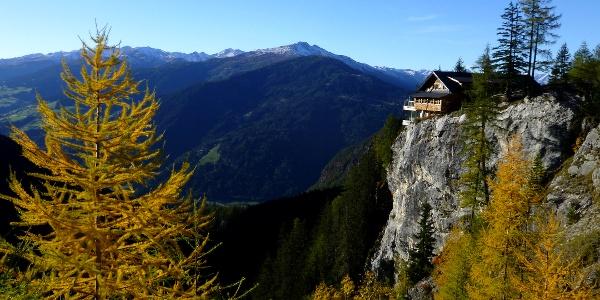 Spektakuläre Lage der Dolomitenhütte (1620 m)