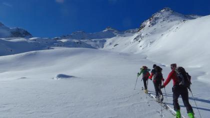 Am Fuße des Nordgrates schwenken wir in das linke Tal. Im Hintergrund ist unser Gipfel schon sichtbar.