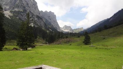 Blick in die Tannheimer Berge von der Terrasse der Musauer Alm; rechts der Weg Richtung Otto-Mayr-Hütte