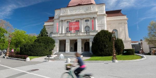 Vor der Grazer Oper