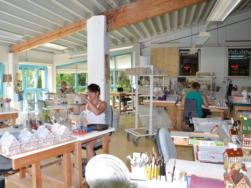 In Handarbeit werden die Keramik-Lichthäuser hergestellt   - © Quelle: Leyk Lichthäuser / Rotabene