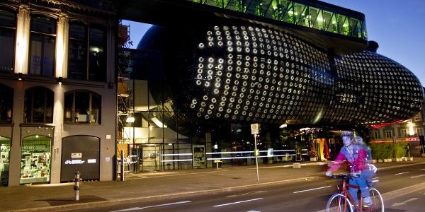 Abends vorm Grazer Kunsthaus