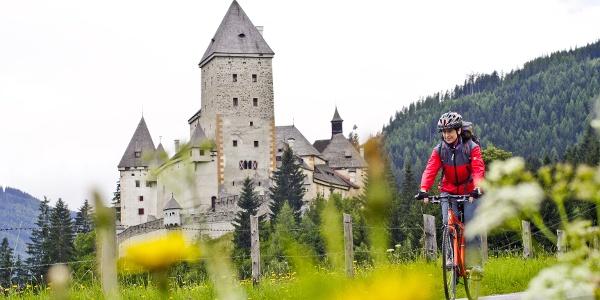 Burgen und Schlösser als Wegbegleiter