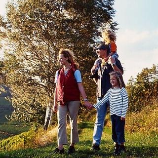 Familie beim Wandern, Südliche Weinstraße