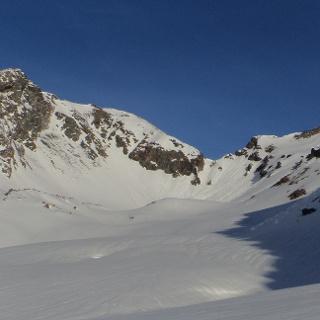 Blick Richtung Kleines Horntaler Joch (tiefster Punkt). Links der Blechnerkamp und rechts vom Joch die Horntalspitz. Hier im Schattenbereich aufsteigen und dann nach rechts auf eine breiten Rücken.