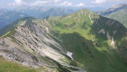 Der Gipfelgrat ist nach Norden hin ausgesetzt und sollte daher nur von schwindelfreien Wanderern begangen werden - aber es lohnt sich!