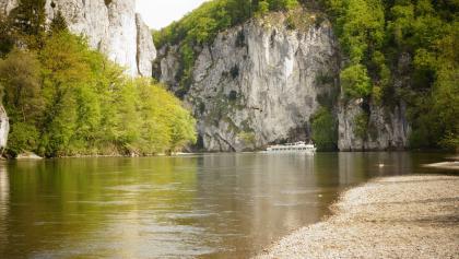 Blick in den Donaudurchbruch - Alternativ kann die Etappe auch per Schiff zurück gelegt werden