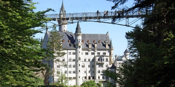 Blick von der Pöllatschlucht zum Schloss Neuschwanstein und zur Marienbrücke