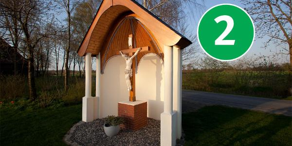 Station 2: Kapelle mit Holzkreuz