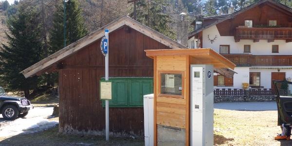 Gebührenpflichtig (mit Wechselautomat) ist Parkplatz in Obernberg.