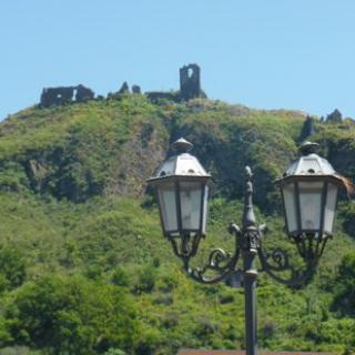 Die Burgruine Frankavilla di Sicilia