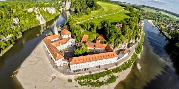 Blick auf das Kloster Weltenburg und den Donaudurchbruch bei Kelheim